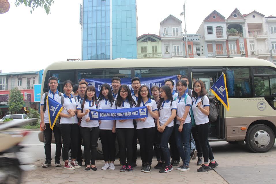 Hình ảnh đoàn du học sinh Thuận Phát trên đường rasân bay quốc tế Nội Bài