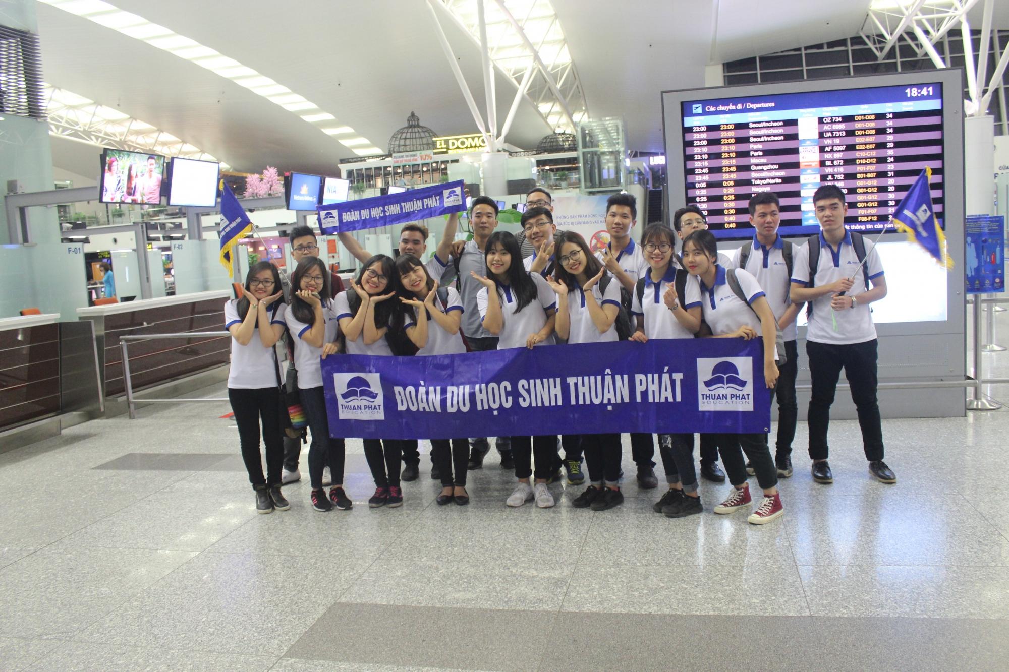 Hình ảnh đoàn du học sinh Thuận Phát tại sân bay quốc tế Nội Bài 1