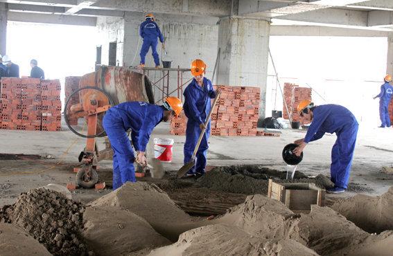 T7/2017 - Tuyển 09 nam đi đơn hàng xây dựng, công việc xây trát cán nền